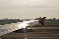 Vliegtuigvleugel buiten venster royalty-vrije stock foto's