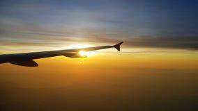 Vliegtuigvleugel in de zonsopgang royalty-vrije stock foto