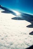 Vliegtuigvleugel en wolken Stock Foto