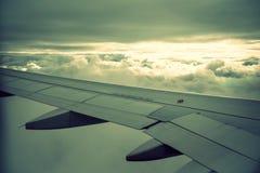Vliegtuigvleugel en wolken Stock Afbeelding