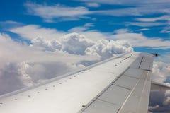 Vliegtuigvleugel, grond, wolken en hemel Royalty-vrije Stock Afbeeldingen