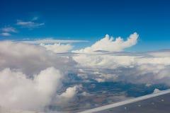 Vliegtuigvleugel, grond, wolken en hemel Royalty-vrije Stock Foto's