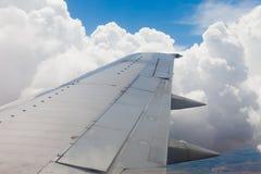 Vliegtuigvleugel, grond, wolken en hemel Stock Fotografie