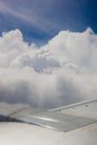 Vliegtuigvleugel, grond, wolken en hemel Royalty-vrije Stock Foto