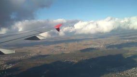 Vliegtuigvleugel, landoppervlakte en wolken bij daling Frankfurt-am-Main, Duitsland stock videobeelden