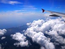 Vliegtuigvleugel, mening van venster met mooie hemel Stock Afbeelding