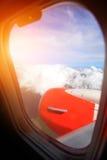 Vliegtuigvleugel met blauwe hemel Stock Fotografie