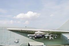 Vliegtuigvleugel met bommen Stock Foto