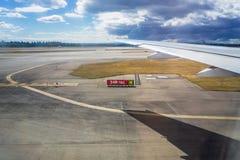 Vliegtuigvleugel, op het tarmac tijdens start reis concept royalty-vrije stock afbeelding