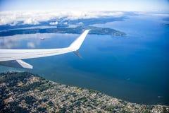 Vliegtuigvleugel over Anchorage in Alaska voor reisachtergrond Stock Fotografie