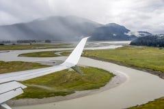 Vliegtuigvleugel over Anchorage in Alaska voor reisconcept Royalty-vrije Stock Fotografie