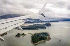 Vliegtuigvleugel over een oceaan in Alaska Stock Fotografie