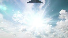 Vliegtuigvlieg door zonnige dag blauwe hemel Lijnvideo Alpha Channel stock videobeelden