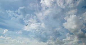 Vliegtuigvlieg door zonnige dag blauwe hemel lijnvideo, tijd-Tijdspanne stock video