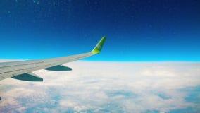 Vliegtuigvliegen boven wolken in de hemel stock videobeelden
