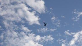 Vliegtuigvliegen lucht op blauwe hemel stock videobeelden
