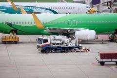 Vliegtuigvoorbereiding door de grondbemanning Stock Foto's