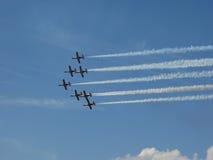 Vliegtuigvorming in de hemel stock fotografie