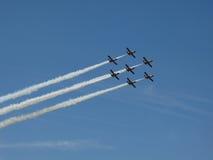 Vliegtuigvorming in de hemel Stock Foto