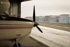 210 vliegtuigzitting in de hanger Stock Fotografie