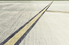 Vliegveld die - op taxibaan merken leidt aan baan Stock Foto