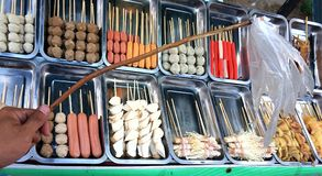 Vliegvliegemepper op de winkel van het Barbecuevoedsel royalty-vrije stock fotografie