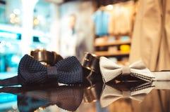 Vlinderdas in de winkel van mensen stock afbeeldingen
