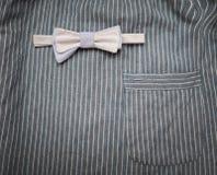 Vlinderdas op een gestreepte stof als achtergrond met zak Royalty-vrije Stock Foto