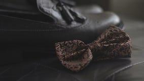 Vlinderdasje en schoenen Close-up stock videobeelden