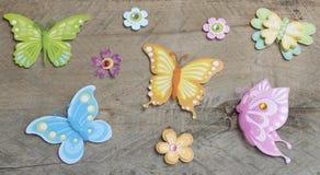 Vlinders op een houten achtergrond royalty-vrije stock afbeeldingen
