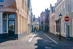 Vlissingen Nederländerna - April 2015: En gatasikt med pittoreska historiska hus och gamla gataljus arkivbild