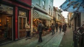 Vlissingen, Zeeland Holandia, holandie,/- Listopad 2017: Pedestrians w zakupy ulicie zdjęcie stock