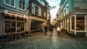 Vlissingen Zeeland, Holland/Nederländerna - November 2017: Gångare i shoppinggatan under jul Arkivfoto