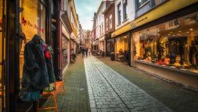 Vlissingen, Zeeland, Holland/Nederland - November 2017: Verfraaide winkels en Nederlandse huizen en bomen tijdens Kerstmis Stock Foto