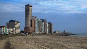 Vlissingen, Zelandia, Olanda/Paesi Bassi - ottobre 2017: Spiaggia della città e blocchetti enormi di appartement nella città immagine stock libera da diritti