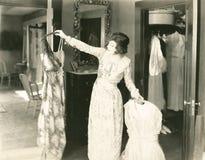 Välja den perfekta klänningen Arkivbilder