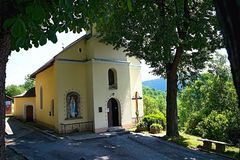 Vlkolinec -教会在知名的木村庄在斯洛伐克Liptov 库存图片