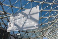 Välkommet tecken på HOMI, internationell show för hem i Milan, Italien Arkivfoto
