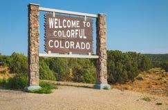 Välkomnande till det Colorado vägmärket Arkivfoton