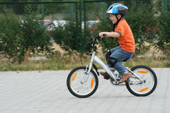 Vélo d'équitation dans un casque Image libre de droits