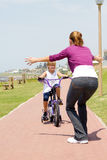 Vélo d'équitation de fille Images libres de droits
