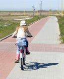 Vélo d'équitation de fille Images stock
