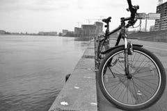 vélo de fond d'isolement au-dessus du blanc de sport Images libres de droits