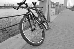 vélo de fond d'isolement au-dessus du blanc de sport Photos libres de droits