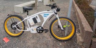 Vélo électrique Byke près de cabine de société de SAP chez le CeBIT Image stock
