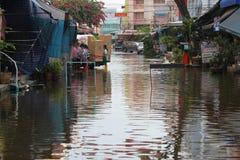 Vloed in de voorsteden van Bangkok, Thailand. Royalty-vrije Stock Afbeeldingen