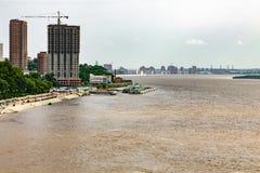 Vloed op de Amur-rivier dichtbij de stad van Khabarovsk Rusland 31 07 2018 stock afbeelding