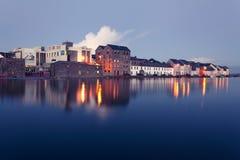 Vloed op de rivier in Galway Stock Foto's