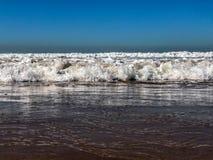 Vloed op zandstrand, de Atlantische Oceaan, Agadir, Marokko stock afbeeldingen