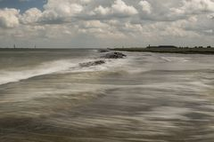 Vloed! overzees die de kust raken tijdens vloed Stock Foto's